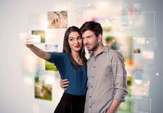 Glückliche junge Paare, die selfie Fotos machen Stockfotos