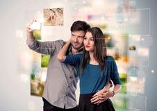 Glückliche junge Paare, die selfie Fotos machen Stockfotografie