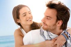 Glückliche junge Paare, die Sommerferien genießen Stockfotos