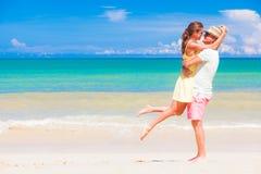 Glückliche junge Paare, die Spaß durch den Strand gehen und haben Khao Lak, Thailand Stockfotos