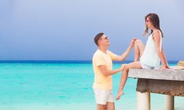 Glückliche junge Paare, die Spaß durch den Strand haben Stockfoto