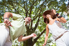 Glückliche junge Paare, die Spaß haben stockfotografie