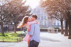 Glückliche junge Paare, die Spaß haben lizenzfreie stockfotografie