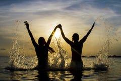 Glückliche junge Paare, die Spaß haben, stockfotos