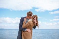 Glückliche junge Paare, die Spaß haben und zusammen draußen lachen stockfotografie