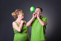 Glückliche junge Paare, die Spaß mit Ballonen haben Lizenzfreies Stockbild