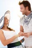 Glückliche junge Paare, die Spaß zusammen am Sommer haben Stockbild