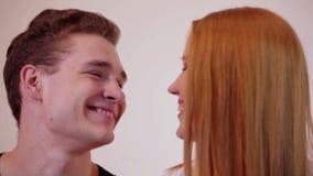 Glückliche junge Paare, die am Studio sprechen stock video footage
