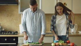 Glückliche junge Paare, die zusammen Frühstück am Morgen der Küche eartly kochen stock footage