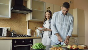 Glückliche junge Paare, die zusammen Frühstück am Morgen der Küche eartly kochen stock video