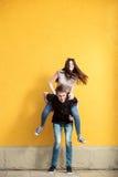 Glückliche junge Paare, die zusammen gute Zeit lachen und haben Lizenzfreie Stockbilder