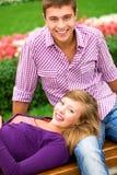 Glückliche junge Paare draußen Stockfoto