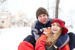 Glückliche junge Paare draußen Stockfotografie