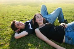 Glückliche junge Paare draußen lizenzfreies stockfoto
