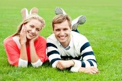 Glückliche junge Paare draußen Stockbilder