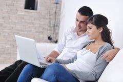Glückliche junge Paare entspannen sich zu Hause Stockfotografie