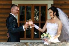Glückliche junge Paare haben einen Toast Stockbilder