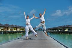 Glückliche junge Paare haben Spaß auf Sommer stockfoto