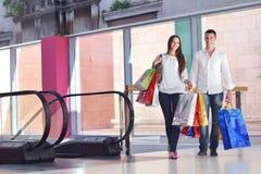 Glückliche junge Paare im Einkaufen stockfoto