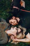 Glückliche junge Paare im Park stockfotos