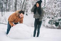 Glückliche junge Paare im Winter Familie draußen Mann und Frau, die aufwärts schauen und Lachen Liebe, Spaß, Jahreszeit und Leute stockfotografie