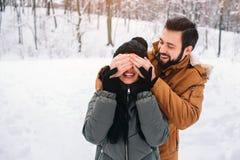 Glückliche junge Paare im Winter Familie draußen Mann und Frau, die aufwärts schauen und Lachen Liebe, Spaß, Jahreszeit und Leute lizenzfreie stockbilder