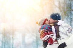 Glückliche junge Paare im Winter parken das lachen und Haben des Spaßes Familie draußen lizenzfreies stockbild