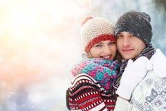 Glückliche junge Paare im Winter parken das lachen und Haben des Spaßes Familie draußen lizenzfreie stockfotografie