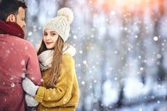 Glückliche junge Paare im Winter parken das lachen und Haben des Spaßes Familie draußen Copycpace stockbild