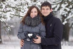Glückliche junge Paare im Winterpark. Stockfotos