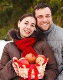 Glückliche junge Paare im Winterpark Lizenzfreie Stockfotografie