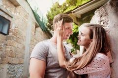Glückliche junge Paare lovestory in der Stadt stockfoto
