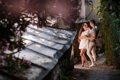 Glückliche junge Paare lovestory in der Stadt stockbild