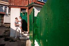 Glückliche junge Paare lovestory in der Stadt stockbilder