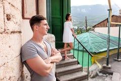 Glückliche junge Paare lovestory in der Stadt lizenzfreie stockbilder