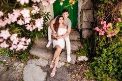 Glückliche junge Paare lovestory in der Stadt stockfotografie
