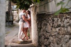 Glückliche junge Paare lovestory in der Stadt lizenzfreie stockfotos