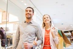 Glückliche junge Paare mit Einkaufstaschen im Mall Lizenzfreies Stockfoto