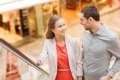Glückliche junge Paare mit Einkaufstaschen im Mall Stockfotos