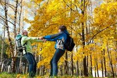 Glückliche junge Paare mit Rucksäcken im Park Stockfotos