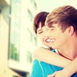 Glückliche junge Paare, nachdem Haus gekauft worden ist Lizenzfreie Stockfotografie