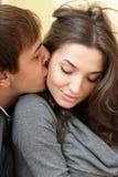 Glückliche junge Paare zu Hause Lizenzfreie Stockfotografie