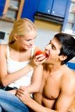 Glückliche junge Paare zu Hause Lizenzfreies Stockbild
