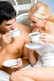 Glückliche junge Paare zu Hause Stockfoto