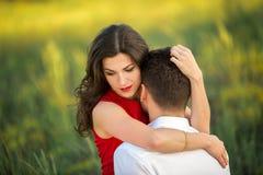 Glückliche junge Paarumarmung im Park Lizenzfreies Stockfoto