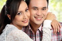 Glückliche junge Paarumfassung Lizenzfreies Stockfoto