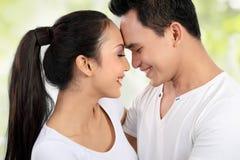 Glückliche junge Paarumfassung Stockfoto