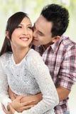 Glückliche junge Paarumfassung Lizenzfreie Stockfotografie
