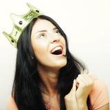 Glückliche junge reizende Frau mit Krone Stockfoto