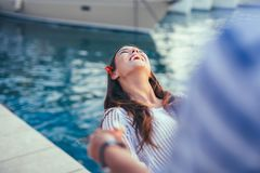 Glückliche junge romantische Paare in der Liebe, die Spaß hat Stockbilder